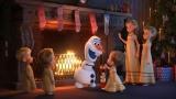 暖炉の上には妖精の木彫り (C)2018 Disney. All Rights Reserved.
