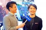 『 香港フィルマート』の会場で香港最大手通信メディア PCCW のインタビューを受ける古沢良太氏(右)。日本版『コンフィデンスマンJP』はPCCW を通じて、東南アジア各国に直後配信されるほか、世界82 の国と地域での放送・配信が決定している。