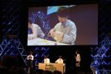 ガンプラ作り初挑戦する小林裕介 (C)創通・サンライズ・テレビ東京