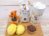 バウフィーと『コーヒーブリーズ マイルド101』、『タリーズ キャニスター(COFFEE DAYS)』、コーヒーと一緒に食べるとよりおいしい『イースタードーナツ カスタードプリンテイスト』 (C)oricon ME inc.