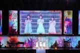 『AKB48単独コンサート〜ジャーバージャって何?』(昼公演)バンド生演奏をバックに前田敦子の「Flower」をカバーする歴代センター(左から)小栗有以、宮脇咲良、向井地美音