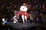 『AKB48単独コンサート〜ジャーバージャって何?』(昼公演)花道で遭遇し駆け寄って抱き合う岡田奈々&村山彩希