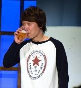利きビールに挑戦する見取り図のリリー=『ポストよしもと』のこけら落とし公演『語ルシス』に出演した近藤岳登 (C)ORICON NewS inc.
