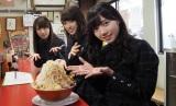 ロケ参加メンバー(左から)井口眞緒、佐々木久美、齊藤京子