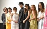 (左から)山岸謙太郎監督、酒井美紀、武田梨奈、久保田悠来、秋吉織栄、Juliet(Yumi、Maiko)