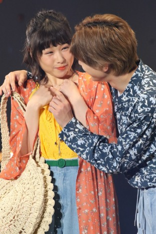 『ママレード・ボーイ』の密着ポーズを披露した桜井日奈子&吉沢亮(撮影:片山よしお)