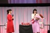 誕生日を祝福された丹下桜(右)