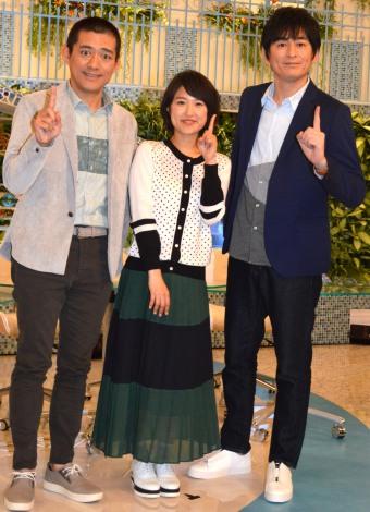 全身ショット(左から)博多華丸、近江友里恵アナ、博多大吉=NHKの朝の情報番組『あさイチ』 スタジオ会見(C)ORICON NewS inc.