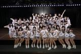 卒業発表した早坂つむぎをセンターに記念撮影=チーム8結成4周年記念公演(C)AKS