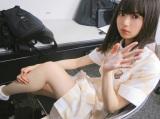 脚にボディクリームを塗って準備中の齋藤飛鳥(撮影/秋元真夏)=『乃木撮』より