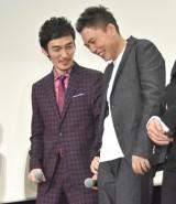 映画『クソ野郎と美しき世界』の初日舞台あいさつに出席した(左から)草なぎ剛、太田光 (C)ORICON NewS inc.