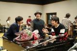 ライブリハーサル中のスキマスイッチのもとを田中圭が訪問。久々の再会に両者感激(C)テレビ朝日