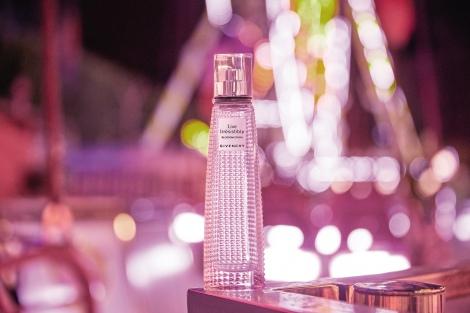 サムネイル スプレー口からラベルまでピンク色に染まったフェミニンなボトルも魅力『リヴ イレジスティブル ブロッサム クラッシュ オーデトワレ』