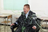 椅子に両手両足を縛り付けられる出川哲朗(C)TBS