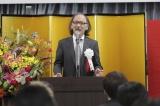 「沖縄ラフ&ピース専門学校」入学式であいさつする古賀俊輔氏