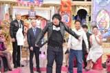 8日放送の読売テレビ・日本テレビ系『ダウンタウンDX』で陣内孝則のサイズが合わないライダースを無理やり着せられる岡崎体育