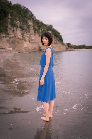 青いワンピースを着た竹内愛紗