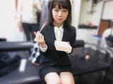 西野七瀬のキュートなもぐもぐカット(撮影/秋元真夏)=『乃木撮』より