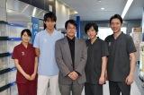 (左から)葵わかな、竹内涼真、海堂尊氏、二宮和也、小泉孝太郎=TBS日曜劇場『ブラックペアン』撮影現場 (C)TBS