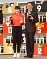 『ウチのコークは世界一「コカ・コーラ」FIFA ワールドカップキャンペーン』のPRイベントに出席した(左から)綾瀬はるか、岡田武史氏 (C)ORICON NewS inc.