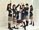 ミュージカルっぽいポーズをとる(左から)中村里帆、優希美青、平祐奈、大友花恋、高月彩良、鶴田奈々