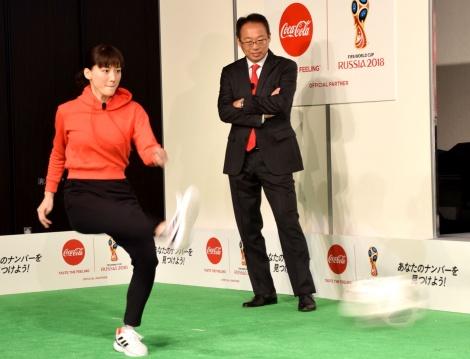 フリーキックに挑戦した綾瀬はるか=『ウチのコークは世界一「コカ・コーラ」FIFA ワールドカップキャンペーン』のPRイベント (C)ORICON NewS inc.
