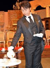 紅茶をサービングした上川隆也=ドラマ『執事西園寺の名推理』試写会後会見 (C)ORICON NewS inc.