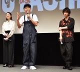 映画『いぬやしき』高校生限定応援試写会に出席した(左から)三吉彩花、とんねるずの木梨憲武、佐藤健 (C)ORICON NewS inc.