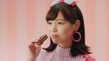 新たに仲間入りした「クリーム玄米ブラン 苺のブラウニー」パッケージ衣装の岩田陽菜