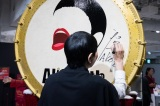 コラボレーションしたアートホビー販売会で和太鼓にサインする和田アキ子 写真:Ryuya Amao