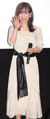 映画の初日舞台あいさつに駆けつけたファンに笑顔で手を振る平松可奈子 (C)ORICON NewS inc.