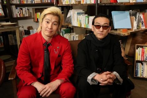 日本テレビ系バラエティー番組『なんでこんな本出しちゃったんですか?』(後11:59)司会のカズレーザーと吹越満(C)日本テレビ