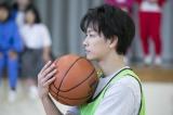 """意外!? バスケットボールは""""半分""""どころかほとんど未経験だったことを明かした佐藤健=連続テレビ小説『半分、青い。』第3週から本格的に登場(C)NHK"""