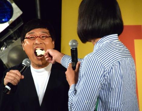 しずちゃんにケーキを食べさせてもらう山里亮太=南海キャンディーズ単独ライブ『不毛な議論』DVD発売記念イベント (C)ORICON NewS inc.