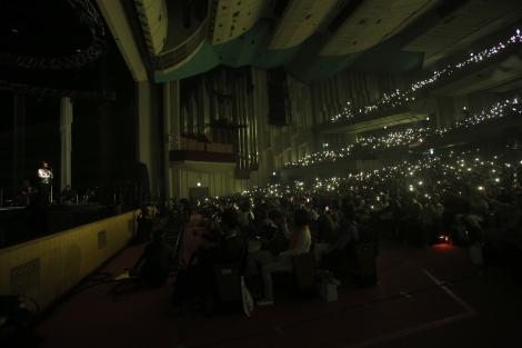 観客がスマホのライトを振って支えた