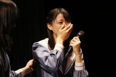 デビューシングルセンターの瀧野由美子らメンバー感涙