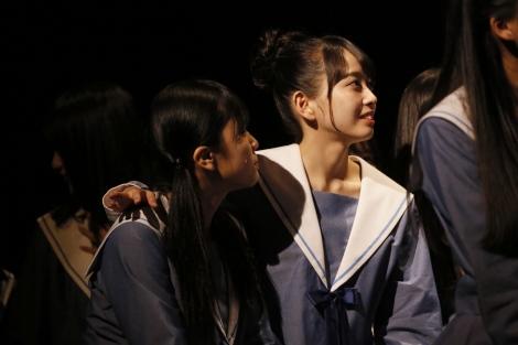 涙ながらに中継を見守るSTU48メンバー