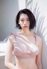 『週刊プレイボーイ』18号の表紙を飾った三吉彩花 (C)中村和孝/週刊プレイボーイ