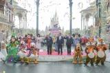 オープニングセレモニーの様子(ステージ上左から)ミニーマウス、福本望、加賀見俊夫、上西京一郎、マイケル A.コールグレイザー、ミッキーマウス(C)Disney