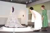 『ダイアン・クライスコレクション アンティーク・レース展』に来場した(左から)安田成美、ダイアン・クライス氏