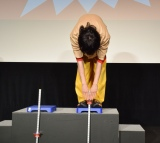 前屈に挑戦する菅田将暉=映画『となりの怪物くん』(27日公開)の『最強怪物決定イベント』 (C)ORICON NewS inc.