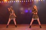 村山彩希(左)と横山結衣の2人で魅せた「Green Flash」(C)AKS