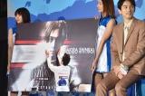 映画『OVER DRIVE』(6月1日公開)のスペシャルステージにて劇中に登場する北村匠海のポスターの頬を触る新田真剣佑の写真 (C)ORICON NewS inc.