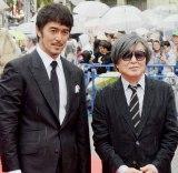 『島ぜんぶでおーきな祭 第10回沖縄国際映画祭』レッドカーペットに登場した(左から)阿部寛、鶴橋康夫監督