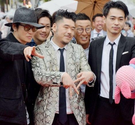 『島ぜんぶでおーきな祭 第10回沖縄国際映画祭』レッドカーペットに登場した(左から)井浦新、かなた狼監督、成田凌