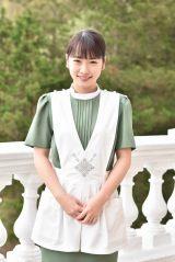 真面目すぎておかしな謎のお客様・小山内裕子(おさないゆうこ)役として出演する川栄李奈(C)日本テレビ