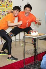 発売記念イベントに登場した(左から)織田信成と松岡修造 (C)oricon ME inc.