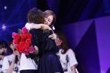 白石麻衣と熱い抱擁=『乃木坂46 生駒里奈 卒業コンサート』より