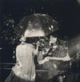 満島ひかり(左)が小沢健二のツアーに参加=「いちょう並木のセレナーデ」演奏 撮影・奥山由之