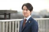 土曜ドラマ『やけに弁の立つ弁護士が学校でほえる』主演の神木隆之介。すべてオーダーメイドのスーツにも注目(C)NHK